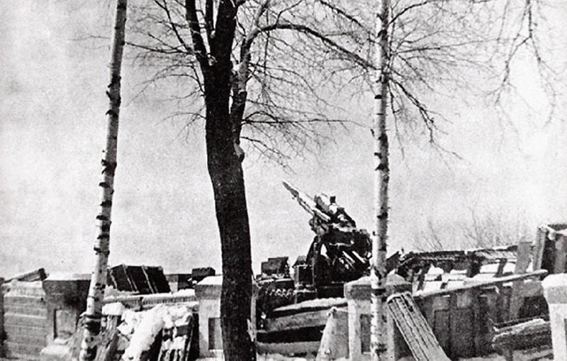 калужский парк во время войны, артиллеристская установка на смотровой площадке.